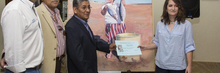 Los organizadores entregan el premio a Claudia Suárez
