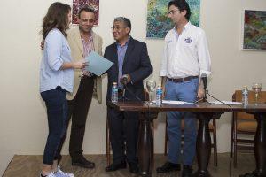 Los organizadores entregan el premio a la ganadora de esta tercera edición