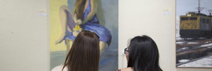 Dos mujeres contemplan las obras ganadoras de la IV edición