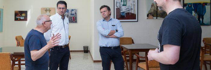 Miembros del jurado contemplan las obras - V Premio de Pintura Pepa Pinto