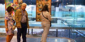 Exposición de la promoción del 88 de Bellas Artes en la que se exhibe una obra de Pepa Pinto